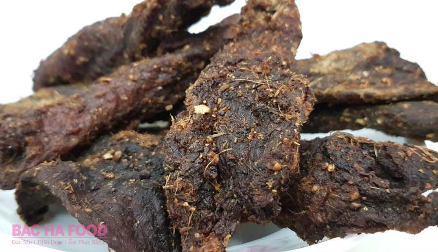 miếng thịt trâu hun khói